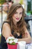 Αρκετά νέα ξανθή συνεδρίαση γυναικών στον καφέ Στοκ εικόνα με δικαίωμα ελεύθερης χρήσης