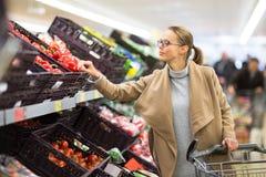 Αρκετά νέα παντοπωλεία αγοράς γυναικών σε μια υπεραγορά στοκ φωτογραφίες με δικαίωμα ελεύθερης χρήσης