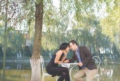 Αρκετά νέα συνεδρίαση ζευγών αγάπης στον καφέ πεζοδρομίων από κοινού στοκ φωτογραφίες με δικαίωμα ελεύθερης χρήσης