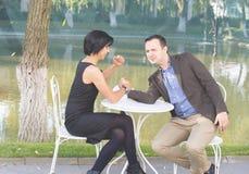 Αρκετά νέα συνεδρίαση ζευγών αγάπης στον καφέ πεζοδρομίων από κοινού Στοκ Εικόνες