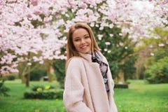 Αρκετά νέα τοποθέτηση γυναικών στον κήπο ανθών άνοιξη Στοκ φωτογραφίες με δικαίωμα ελεύθερης χρήσης