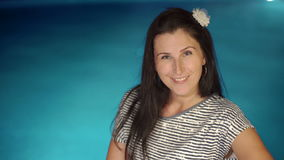 Αρκετά νέες χαμογελώντας γυναίκες brunette που θέτουν κοντά στην πισίνα Χρόνος θερινών διακοπών φιλμ μικρού μήκους