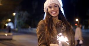 Αρκετά νέος εορτασμός γυναικών με ένα sparkler απόθεμα βίντεο