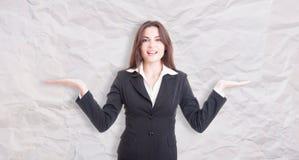Αρκετά νέος θηλυκός διευθυντής με τους φοίνικες επάνω Στοκ Φωτογραφίες
