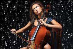 Αρκετά νέος θηλυκός μουσικός που παίζει το βιολοντσέλο Στοκ Εικόνα