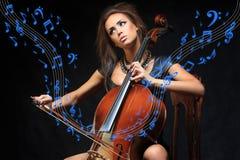 Αρκετά νέος θηλυκός μουσικός που παίζει το βιολοντσέλο Στοκ εικόνα με δικαίωμα ελεύθερης χρήσης