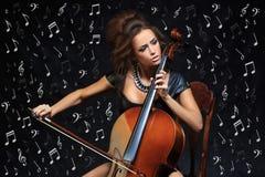 Αρκετά νέος θηλυκός μουσικός που παίζει το βιολοντσέλο Στοκ Φωτογραφίες