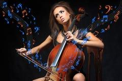 Αρκετά νέος θηλυκός μουσικός που παίζει το βιολοντσέλο Στοκ Εικόνες