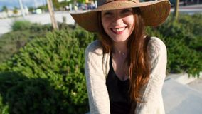 Αρκετά νέος χαμογελώντας τουρίστας γυναικών που περπατά και που απολαμβάνει την ηλιόλουστη θερινή ημέρα απόθεμα βίντεο
