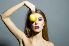 Αρκετά νέο αισθησιακό κορίτσι με το μήλο Στοκ φωτογραφία με δικαίωμα ελεύθερης χρήσης