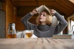 Αρκετά νέο καυκάσιο φόρεμα μόδας κοριτσιών υπαίθριο Στοκ φωτογραφία με δικαίωμα ελεύθερης χρήσης