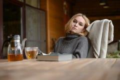 Αρκετά νέο καυκάσιο φόρεμα μόδας κοριτσιών υπαίθριο Στοκ Φωτογραφίες