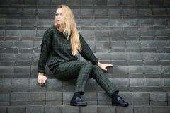 Αρκετά νέο καυκάσιο φόρεμα μόδας κοριτσιών υπαίθριο Στοκ Εικόνες