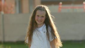 Αρκετά, νέο κορίτσι, χαμόγελο απόθεμα βίντεο