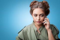 Αρκετά νέο μοντέρνο κορίτσι που μιλά στο τηλέφωνο στοκ φωτογραφία