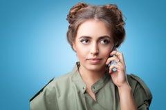 Αρκετά νέο μοντέρνο κορίτσι που μιλά στο τηλέφωνο στοκ φωτογραφίες