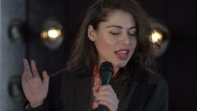 Αρκετά νέο τραγούδι γυναικών στο μικρόφωνο φιλμ μικρού μήκους