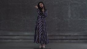Αρκετά νέο τραγούδι γυναικών στο μικρόφωνο απόθεμα βίντεο