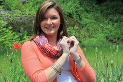 Αρκετά νέο brunette που διαμορφώνει την καρδιά με τα χέρια Στοκ εικόνες με δικαίωμα ελεύθερης χρήσης