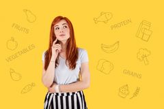 Αρκετά νεαρό άτομο που τηρεί μια διατροφή και έναν κύριο υγιεινό τρόπο ζωής στοκ εικόνες
