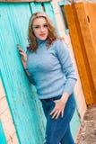 Αρκετά ξανθή γυναίκα κοριτσιών στο πουλόβερ turtleneck στοκ εικόνα