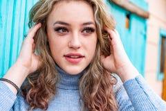Αρκετά ξανθή γυναίκα κοριτσιών στο πουλόβερ turtleneck στοκ εικόνες με δικαίωμα ελεύθερης χρήσης