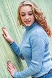 Αρκετά ξανθή γυναίκα κοριτσιών στο πουλόβερ turtleneck στοκ εικόνες