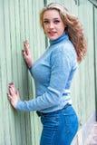 Αρκετά ξανθή γυναίκα κοριτσιών στο πουλόβερ turtleneck στοκ φωτογραφίες με δικαίωμα ελεύθερης χρήσης
