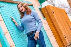 Αρκετά ξανθή γυναίκα κοριτσιών στο πουλόβερ turtleneck στοκ εικόνα με δικαίωμα ελεύθερης χρήσης