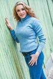 Αρκετά ξανθή γυναίκα κοριτσιών στο πουλόβερ turtleneck στοκ φωτογραφίες