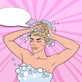 Αρκετά ξανθή γυναίκα που πλένει το κεφάλι της με το σαμπουάν Ντους πρωινού Λαϊκή απεικόνιση τέχνης Στοκ Εικόνες