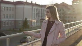 Αρκετά ξανθή γυναίκα που χαμογελά στη κάμερα στην ανατολή ή το ηλιοβασίλεμα σε σε αργή κίνηση απόθεμα βίντεο