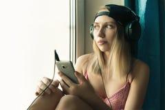 Αρκετά ξανθή μουσική ακούσματος γυναικών, Στοκ φωτογραφία με δικαίωμα ελεύθερης χρήσης
