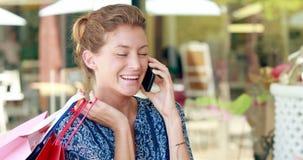 Αρκετά ξανθή τσάντα αγορών εκμετάλλευσης και κατοχή του τηλεφωνήματος απόθεμα βίντεο