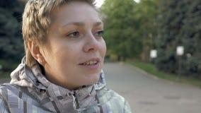 Αρκετά ξανθό κοντό κορίτσι τρίχας που μιλά συναισθηματικά απόθεμα βίντεο