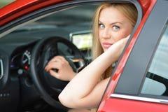 Αρκετά ξανθό κορίτσι οδηγών έτοιμο για ένα ταξίδι Στοκ Φωτογραφία