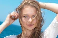 Αρκετά ξανθό κορίτσι υπαίθρια Στοκ Εικόνες