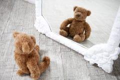 Αρκετά παλαιό εκλεκτής ποιότητας Teddy αντέχει το παιχνίδι Στοκ Φωτογραφία