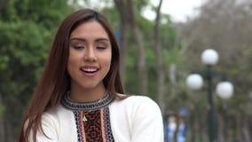 Αρκετά περουβιανή γυναίκα που φορά ένα πουλόβερ απόθεμα βίντεο