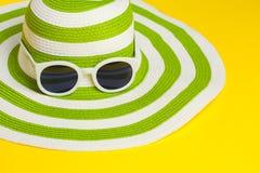 Αρκετά πράσινο καπέλο με τα γυαλιά ηλίου Στοκ φωτογραφίες με δικαίωμα ελεύθερης χρήσης