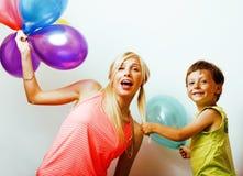 Αρκετά πραγματική οικογένεια με τα μπαλόνια χρώματος στο άσπρο υπόβαθρο, blon Στοκ εικόνα με δικαίωμα ελεύθερης χρήσης