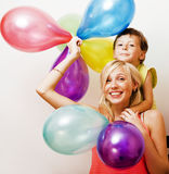 Αρκετά πραγματική οικογένεια με τα μπαλόνια χρώματος στο άσπρο υπόβαθρο, blon Στοκ Φωτογραφίες