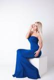 Αρκετά προκλητική γυναίκα με την ξανθή τρίχα στο μπλε φόρεμα Στοκ Φωτογραφία