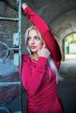 Αρκετά προκλητική γυναίκα με τη μακριά ξανθή τρίχα στη σήραγγα Στοκ Εικόνες