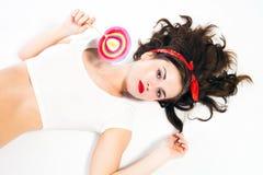 Αρκετά προκλητική καρφίτσα επάνω στο κορίτσι με το lollipop Στοκ φωτογραφίες με δικαίωμα ελεύθερης χρήσης