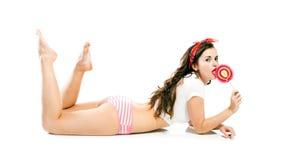 Αρκετά προκλητική καρφίτσα επάνω στο κορίτσι στις κιλότες και το μεγάλο lollipop Στοκ εικόνα με δικαίωμα ελεύθερης χρήσης