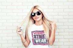 Αρκετά προκλητική νέα γυναίκα με τη μακριά ξανθή τρίχα Στοκ εικόνες με δικαίωμα ελεύθερης χρήσης