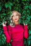 Αρκετά προκλητική νέα γυναίκα με τη μακριά ξανθή τρίχα Στοκ Εικόνες