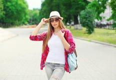 Αρκετά δροσερό κορίτσι που φορά ένα καπέλο θερινού αχύρου υπαίθρια το καλοκαίρι Στοκ Εικόνα
