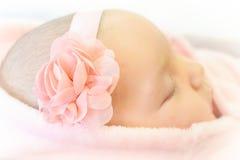 Αρκετά στο ρόδινο νεογέννητο ύπνο κοριτσάκι στοκ φωτογραφίες